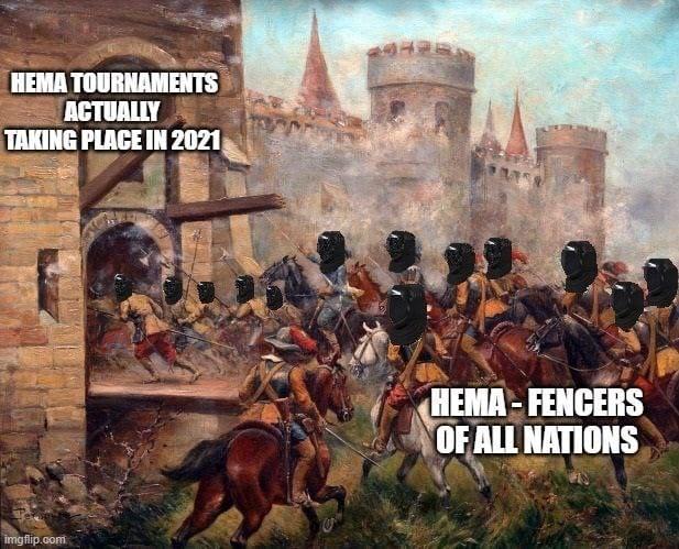 Im Bild: Kavallerie und Infantrie stürmt eine Burg. Als Meme ist dargestellt, dass die Burg Erstürmung eine Darstellung des Ansturms von HEMA Fechtern auf Turniere in 2021 ist.