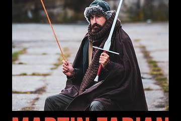 Martin Fabian im Liechtenauer Outfit mit Schwert und Mantel